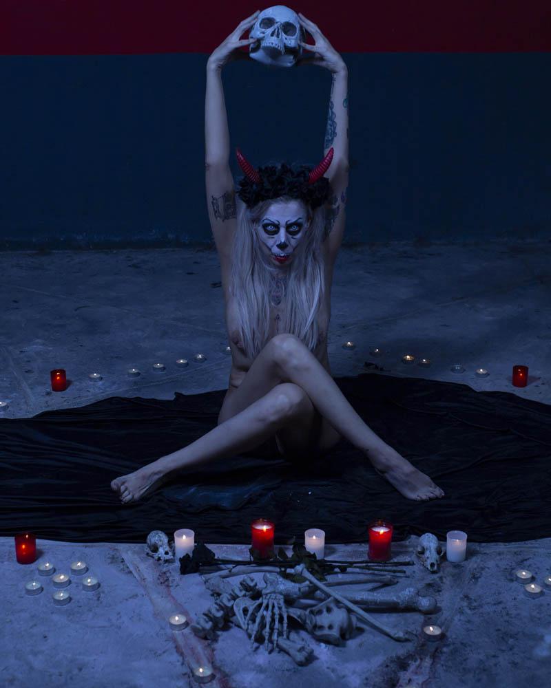 Desnudo tapando con postura y cabello. Fotografía por Manuel Trigo, A Cámara producciones.