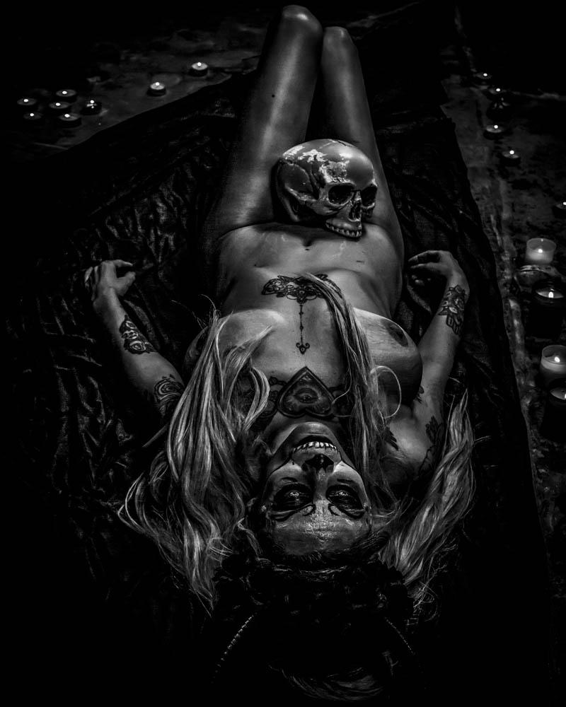 Desnudo tapando con postura y sombras. Fotografía por Manuel Trigo, A Cámara producciones.