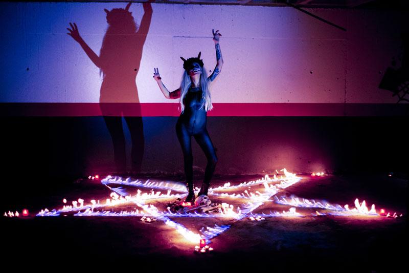 Fotografía por Manuel Trigo, A Cámara producciones. Satánica, invocación, pentáculo, fuego