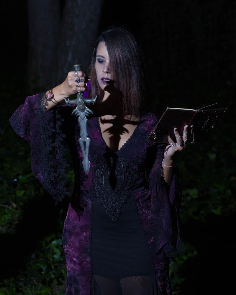 Fotografía por Manuel Trigo, A Cámara producciones. Sombra de la daga ritual en el pecho.
