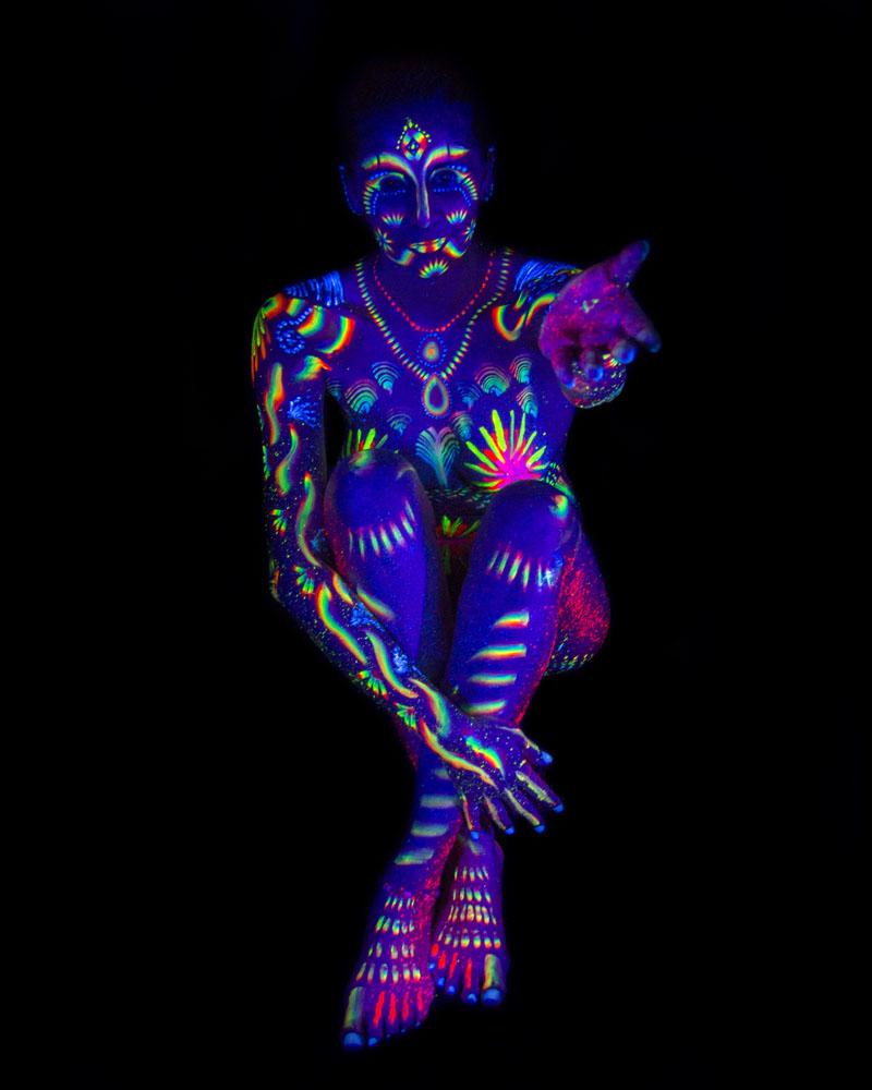 Fotografía y bodypainting fluorescente con luz ultravioleta por Manuel Trigo, A Cámara producciones.