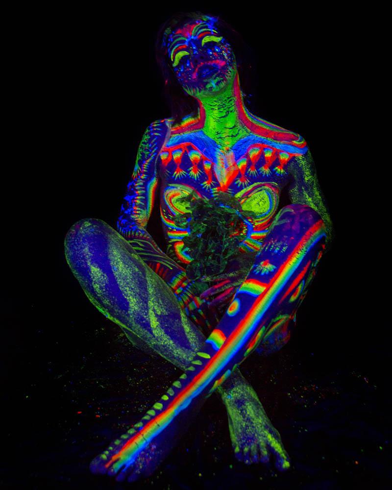 Bodypainting fluorescente con luz ultravioleta. Fotografía y edición por Manuel Trigo, A Cámara producciones.