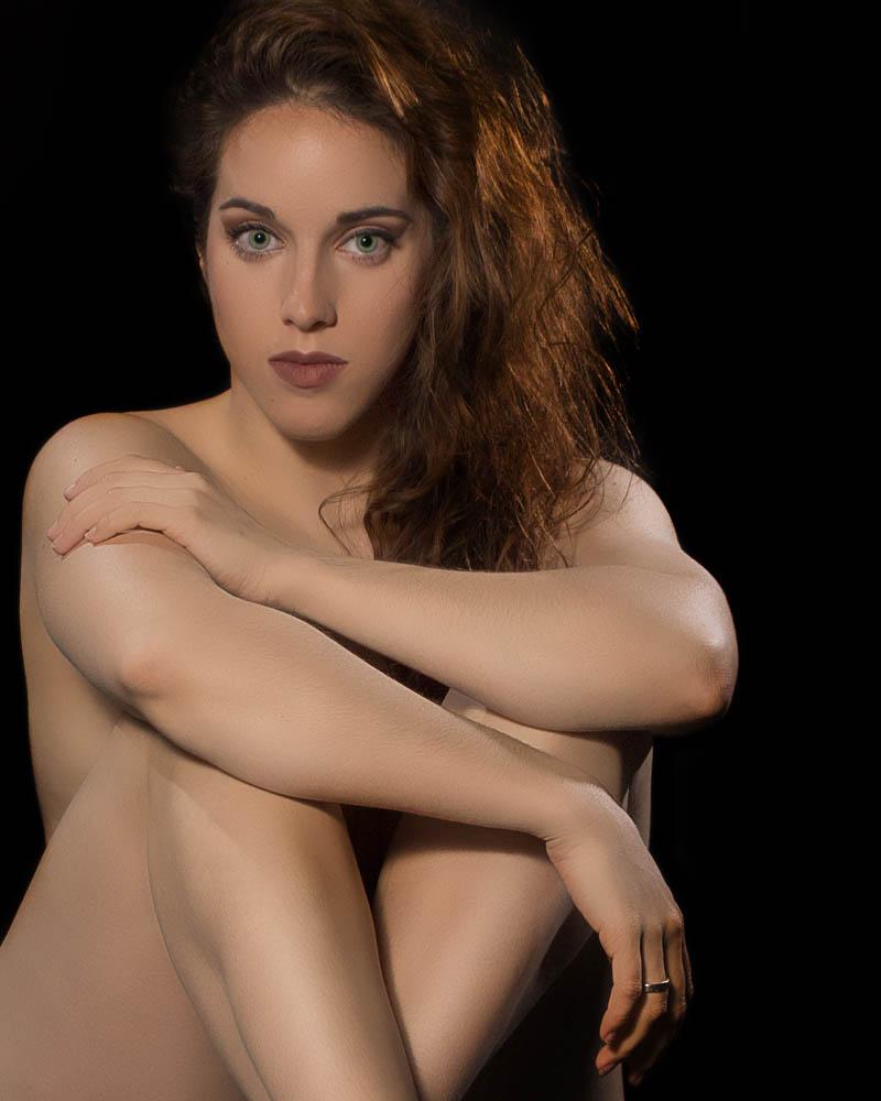 Desnudo tapando con postura