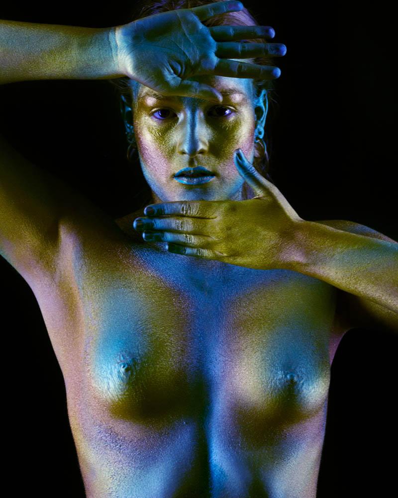 Fotografía y bodypainting con pintura metalizada por Manuel Trigo, A Cámara producciones. Pintura metálica, purpurina, efecto cromo, efecto bronce.