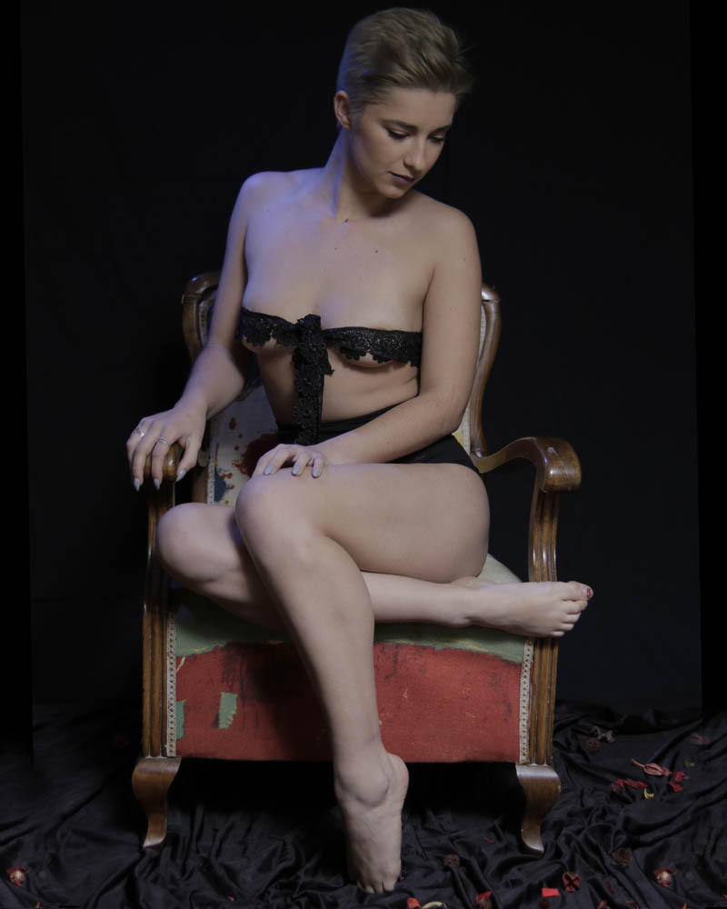 Semidesnudo artístico tapando con encaje