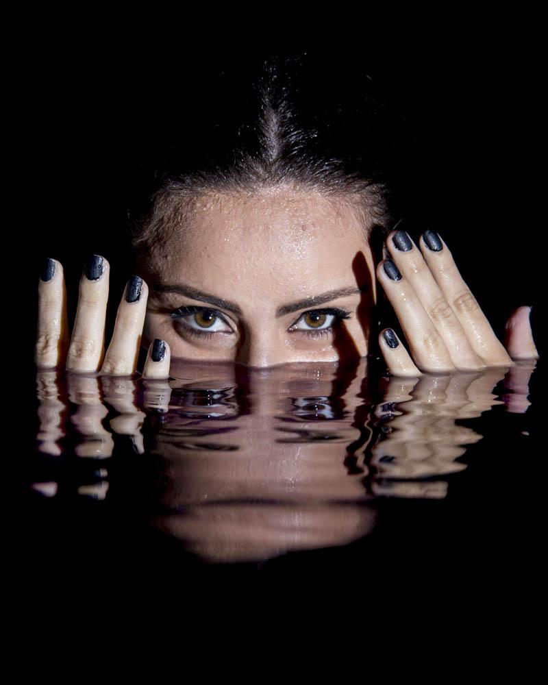 reflejo de ojos en piscina de noche