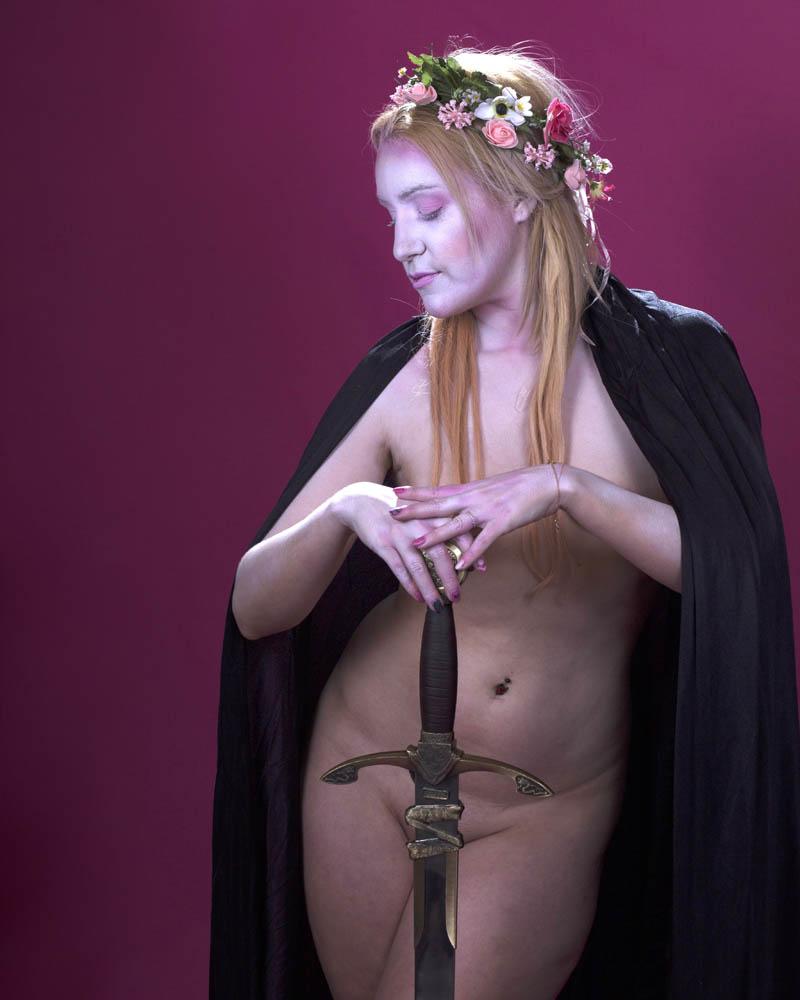 Desnudo tapando con objetos