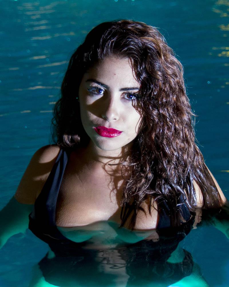 Sara Olivares. Piscina de noche con luz