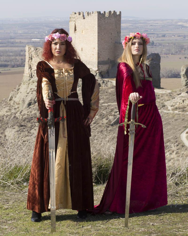Sara Trujillo y Jenny, medieval con espadas y castillo de Oreja