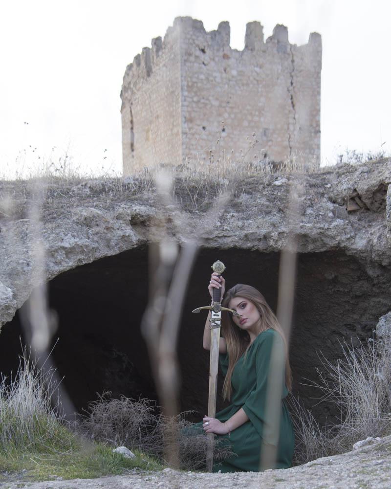 Sara Trujillo. Sesion medieval con espada y castillo
