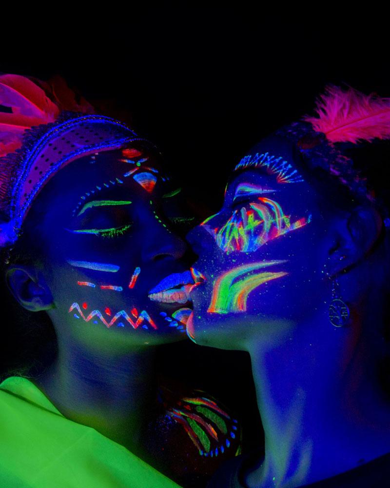 Foto y maquillaje fluorescente ultravioleta por Manuel Trigo. Beso de neon