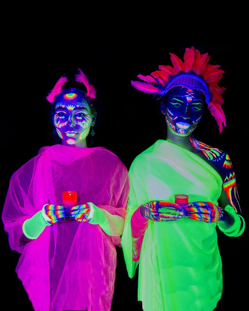 Trisha y Elenena. Neon. ofrenda