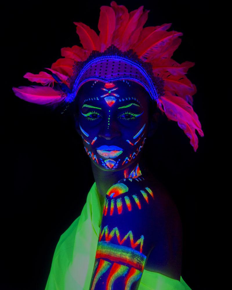 Fotografía y maquillaje fluorescente con luz ultravioleta por Manuel Trigo.
